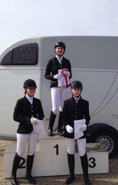 Line Lund Madsen som vinder, samt resten af deltagerne i LD - LC klasse for pony stævneryttere